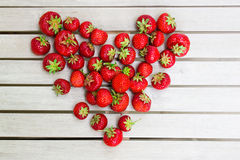 Frische schöne Erdbeeren in Form eines Herzens lizenzfreie stockfotografie