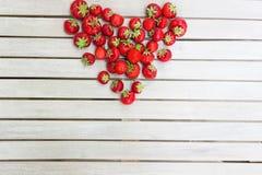Frische schöne Erdbeeren in Form eines Herzens lizenzfreies stockbild