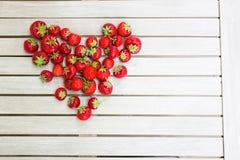 Frische schöne Erdbeeren in Form eines Herzens lizenzfreie stockbilder