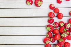 Frische schöne Erdbeeren liegt auf einem weißen Holztisch lizenzfreie stockfotos
