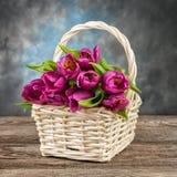 Frische schöne Tulpen auf alter Tafel Lizenzfreie Stockfotos