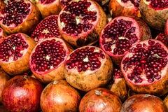 Frische Schnittfrüchte des Granatapfelhintergrundes Stockfotos