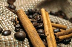 Frische schwarze coffe Bohnen auf Korkentabelle stockfoto