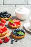 Frische selbst gemachte berrie T?rtchen stockfotos