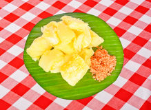 Frische selbst gemachte Manioka oder Manioka Sri Lankan mit Zwiebel u. Kokosnuss Sambol Lizenzfreies Stockfoto