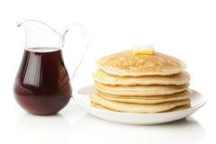 Frische selbst gemachte Pfannkuchen mit Sirup Stockbild