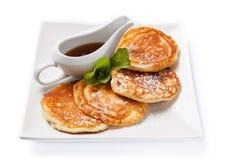 Frische selbst gemachte Pfannkuchen mit Sirup Lizenzfreie Stockfotos