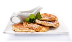 Frische selbst gemachte Pfannkuchen mit Sirup Stockfotografie