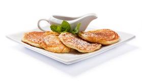Frische selbst gemachte Pfannkuchen mit Sirup Lizenzfreie Stockfotografie