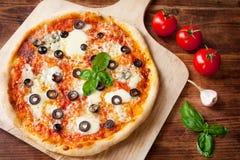 Frische selbst gemachte Pizza Margherita mit Oliven und Basilikum Stockbild