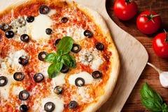 Frische selbst gemachte Pizza Margherita mit Oliven und Basilikum Lizenzfreie Stockbilder