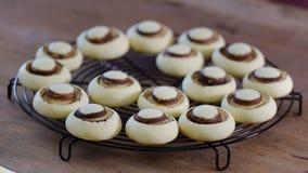 Frische selbst gemachte Pl?tzchen in der Form von Pilzen Runde s??e Kekse stock video