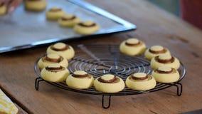Frische selbst gemachte Pl?tzchen in der Form von Pilzen Runde s??e Kekse stock footage