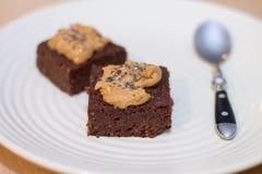 Frische selbst gemachte Schokoladen-Schokoladenkuchen des strengen Vegetariers überstiegen mit Erdnuss Butte Lizenzfreie Stockfotos