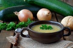 Frische selbst gemachte Zucchinisuppe mit Zwiebeln und parsl Lizenzfreie Stockfotografie