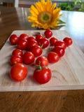 Frische selbstgezogene Tomaten und Sonnenblume des Gartens auf Speisetische Stockfotos