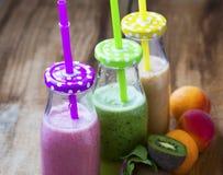 Frische Smoothies in den Flaschen in drei Farben: Grün mit Spinat a Lizenzfreies Stockfoto