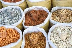 Frische sortierte Nüsse in den Taschen werden an der Messe verkauft stockbilder