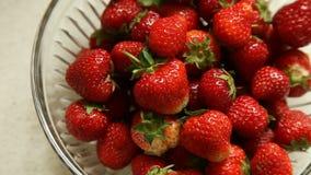 Frische strawberriers in der Glasschüssel auf beige Hintergrund stock video