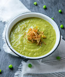 Frische Suppe der grünen Erbse Stockbilder