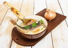 Frische Suppe mit Fischen stockfoto