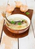 Frische Suppe mit Fischen stockbild