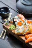 Frische Sushi auf hölzernem Brett dienten mit Tee Stockbilder