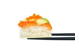 Frische Sushi mit schwarzen Essstäbchen auf weißem Hintergrund Stockbilder
