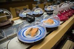 Frische Sushi servierfertig im Förderbandrestaurant Stockbild