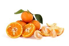 Frische Tangerinen mit Blättern auf weißem Hintergrund lizenzfreies stockfoto