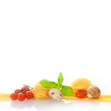 Frische Teigwaren und Gemüse auf Weiß Lizenzfreies Stockfoto