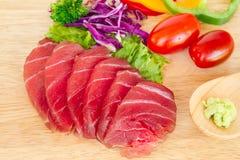 Frische Thunfische auf hölzernem Hintergrund Lizenzfreie Stockfotos