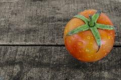 Frische Tomate auf altem Holz Lizenzfreie Stockfotos