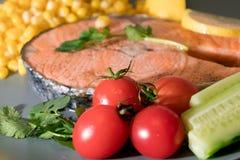 Frische Tomate auf dem gegrillten Fischlachsfiletteller, dem Lebensmittel und dem Gemüsekonzept Stockfotos