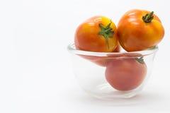 Frische Tomate auf Glasschüssel lizenzfreie stockfotos