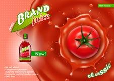 Frische Tomate Juice In Glass Bottle With Juice Splash Lizenzfreie Stockfotos