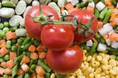 Frische Tomate oben auf Gemüse stockfotos