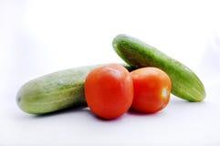 Frische Tomate und Gurke lokalisiert auf Weiß Stockfotografie