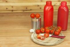 Frische Tomaten auf dem Küchentisch Tomaten auf einem hölzernen Schneidebrett Inländische Bearbeitung des Gemüses Stockbild