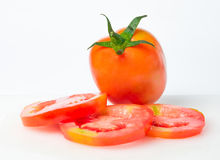 Frische Tomaten auf weißem Hackklotz Lizenzfreie Stockfotos