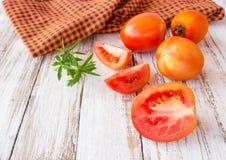 Frische Tomaten auf weißem Holztisch Lizenzfreie Stockfotos