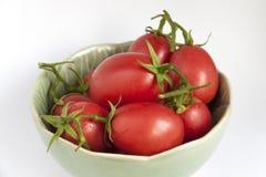 Frische Tomaten der Nahaufnahme in der grünen Schüssel Lizenzfreie Stockbilder