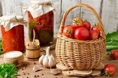Frische Tomaten in einem Korb Lizenzfreie Stockbilder