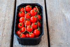 Frische Tomaten im Kasten Lizenzfreies Stockfoto