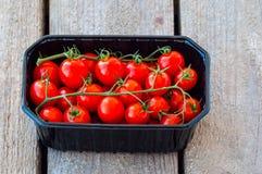 Frische Tomaten im Kasten lizenzfreie stockfotos