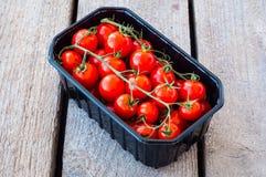 Frische Tomaten im Kasten lizenzfreie stockfotografie