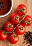 Frische Tomaten mit sause und Löffel mit Pfefferküche verschalen Stockfotografie