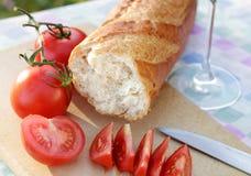 Frische Tomaten mit weißem Brot Stockfotografie