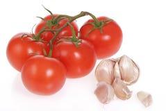 Frische Tomaten und Knoblauch des Gartens Lizenzfreie Stockfotos