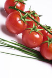 Frische Tomaten und Schnittlauch Stockbilder